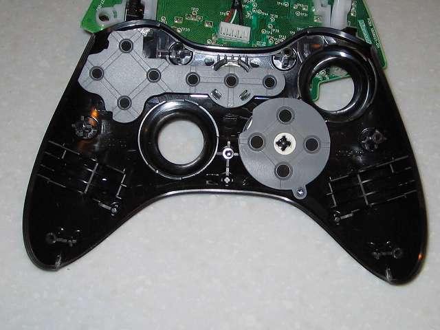 Microsoft Xbox360 有線コントローラー Xbox 360 Controller for Windows リキッド ブラック 52A-00006 組み立て作業、コントローラー本体に十字キーとボタンのラバーパッド取り付け