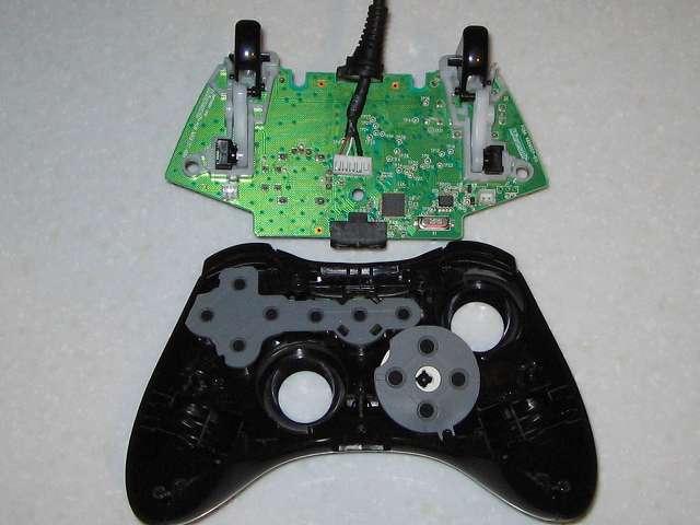 Microsoft Xbox360 有線コントローラー Xbox 360 Controller for Windows リキッド ブラック 52A-00006 組み立て作業、コントローラー本体に電子回路基板取り付け