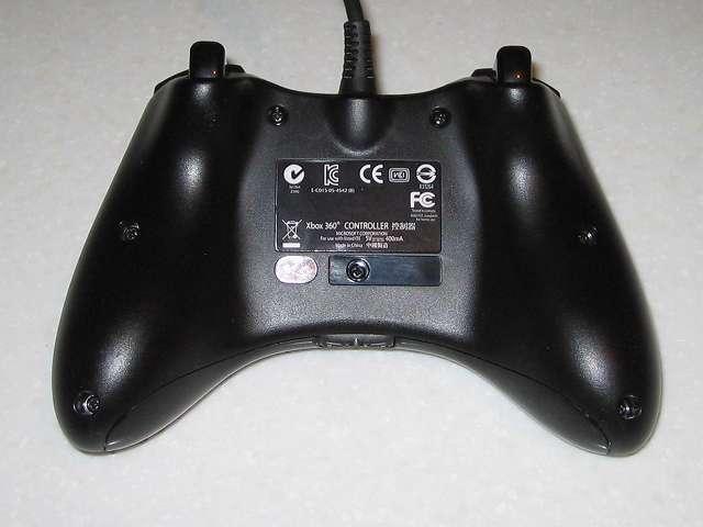 Microsoft Xbox360 有線コントローラー Xbox 360 Controller for Windows リキッド ブラック 52A-00006 組み立て作業、コントローラー本体裏面のネジ穴に取り外したネジ 7ヵ所を締める(画像赤丸)