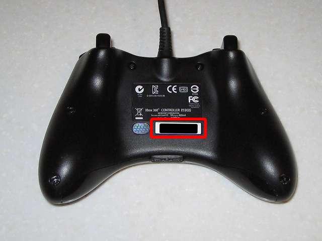 Microsoft Xbox360 有線コントローラー Xbox 360 Controller for Windows リキッド ブラック 52A-00006 分解作業、コントローラー本体裏面 シリアル番号のシールが貼られているところにネジあり