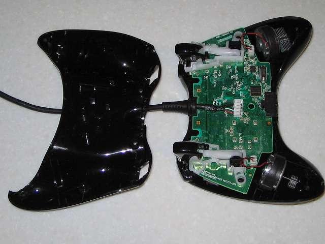 Microsoft Xbox360 有線コントローラー Xbox 360 Controller for Windows リキッド ブラック 52A-00006 分解作業、コントローラー本体とコントローラー下部の分離完了