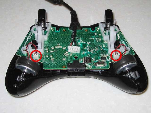Microsoft Xbox360 有線コントローラー Xbox 360 Controller for Windows リキッド ブラック 52A-00006 分解作業、電子回路基板に接続している振動モーターのコネクタ