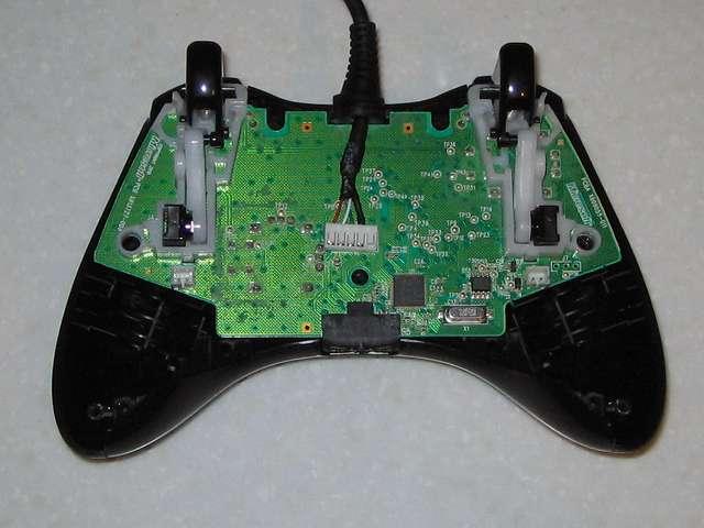 Microsoft Xbox360 有線コントローラー Xbox 360 Controller for Windows リキッド ブラック 52A-00006 分解作業、コントローラー本体に取り付けらていた振動モーターを取り外して軽量化