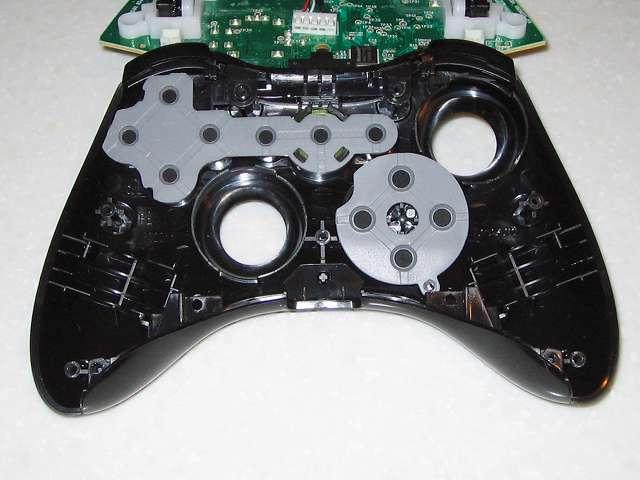 Microsoft Xbox360 有線コントローラー Xbox 360 Controller for Windows リキッド ブラック 52A-00006 分解作業、コントローラー本体に取り付けらえている各種ボタンとラバーパッド