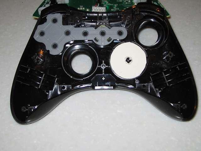 Microsoft Xbox360 有線コントローラー Xbox 360 Controller for Windows リキッド ブラック 52A-00006 十字キー改善作業、余っていたハガキから円状に切り取ったものを 3 つ用意して十字キーにセット、この状態にしてそれなりに満足のいく十字キーの入力ができるようになった