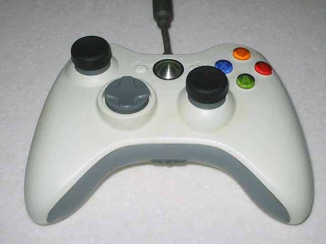 アクラス PS3用 コントローラーキャップセットのアナログスティック用キャップ(ノーマルタイプ)を Microsoft Xbox360 有線コントローラー Wired Controller ホワイト に取り付けたことによりスティックの高さが上がるものの、滑りにくくなり操作性がよくなり改善した