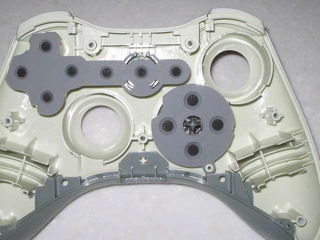 Microsoft Xbox360 有線コントローラー Wired Controller ホワイト 組み立て作業、ラバーパッドと L・R ボタンおよびコントローラー持ち手側(ヘッドセット端子)にある組み立て用プラスチックパーツの取り付け