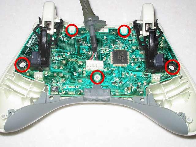 Microsoft Xbox360 有線コントローラー Wired Controller ホワイト 組み立て作業、コントローラー本体に電子回路基板を穴の位置(画像赤丸)に合わせて取り付け