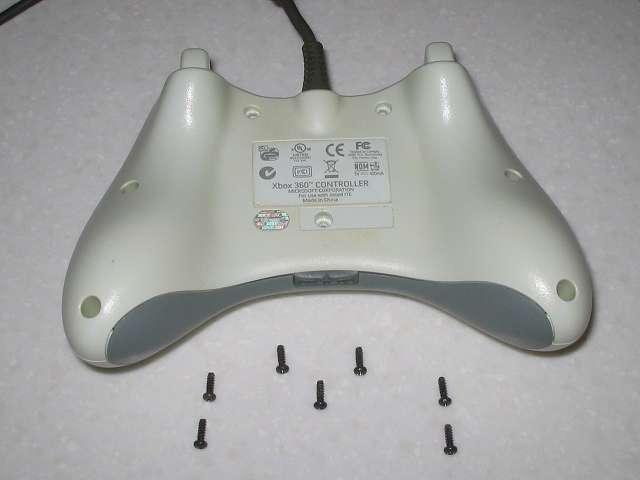 Microsoft Xbox360 有線コントローラー Wired Controller ホワイト 分解作業、コントローラー本体裏面 ネジ止め 7ヶ所 取り外し
