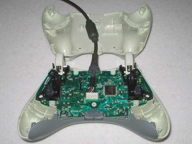 Microsoft Xbox360 有線コントローラー Wired Controller ホワイト 分解作業、コントローラー本体下部分離完了