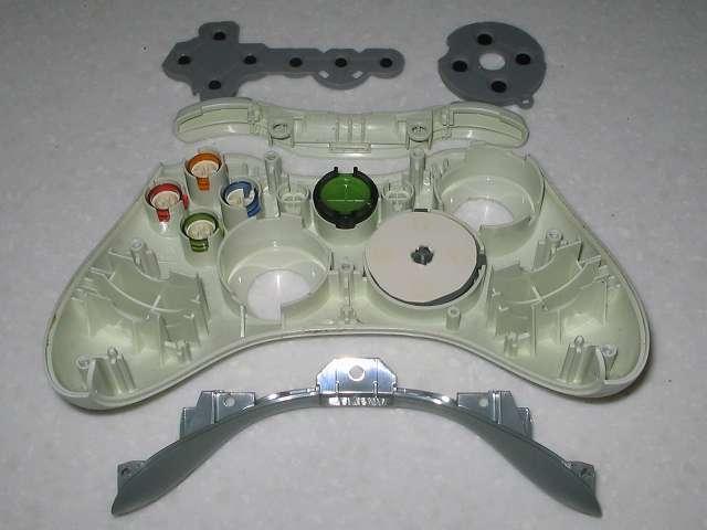 Microsoft Xbox360 有線コントローラー Wired Controller ホワイト 分解作業、コントローラー本体からラバーパッドや本体両サイドに固定してあったプラスチックパーツを取り外した状態、十字キーの白い円形状のものはティッシュ箱から切り取った十字キー動作改善のため挟んでいたもの