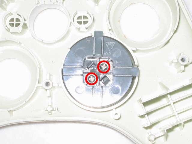 Microsoft Xbox360 有線コントローラー Wired Controller ホワイト 分解作業、十字キーに取り付けられているネジ 2ヶ所(画像赤丸)