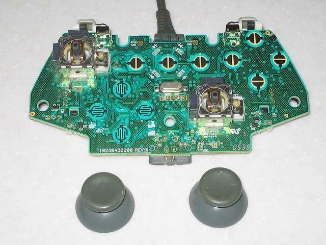 Microsoft Xbox360 有線コントローラー Wired Controller ホワイト 分解作業、電子回路基板のアナログスティックを取り外したところ