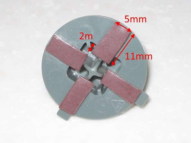 Microsoft Xbox360 有線コントローラー Wired Controller ホワイト 十字キー改善作業、カグスベールを 4等分(5mm x 11mm x 4枚)にカットして十字キー内側に貼り付ける、長さ 11mm だとネジ穴が隠れてしまうが隙間はあるのでネジ締めは一応可能