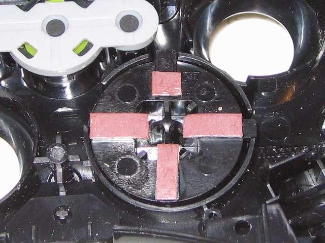 Microsoft Xbox360 有線コントローラー Xbox 360 Controller for Windows リキッド ブラック 52A-00006 十字キー改善作業、十字キーにカグスベール貼付後、上方向キーのストロークが浅い状態に対して、試行錯誤の結果、画像のように上方向キーに貼り付けたカグスベールを半分にカットして十字キーの中心部に貼り付けることでストロークを改善、十字キーの入力を満足して改善する結果となった