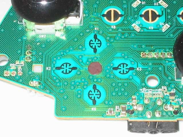 Microsoft Xbox360 有線コントローラー Xbox 360 Controller for Windows リキッド ブラック 52A-00006 十字キー改善作業、電子回路基板の十字キーがある接点の中心部にパンチしたカグスベールを貼り付ける