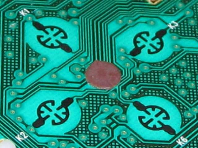 Microsoft Xbox360 有線コントローラー Xbox 360 Controller for Windows リキッド ブラック 52A-00006 十字キー改善作業、電子回路基板の十字キーがある接点の中心部にパンチしたカグスベールを貼り付け部分を拡大撮影