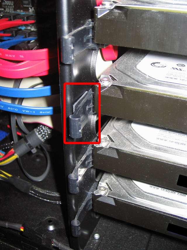 Antec Three Hundred Two AB 振動対策、3.5 インチ HDD プラスチックドライブレール(左側)に天然ゴムシート板 20mm(2cm) 角を挟む、PCケース振動対策にならず