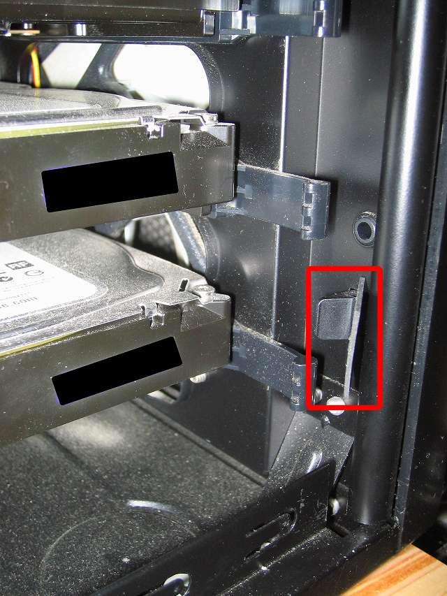 Antec Three Hundred Two AB 振動対策、フロントカバーのツメ部分(下段側)に天然ゴムシート板 20mm(2cm) 角を挟む、PCケース振動対策にならず