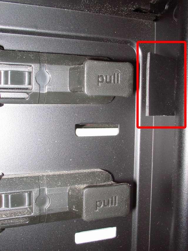 Antec Three Hundred Two AB 振動対策、フロントカバーのツメ部分(上段側)に天然ゴムシート板 20mm(2cm) 角を挟む、PCケース振動対策にならず