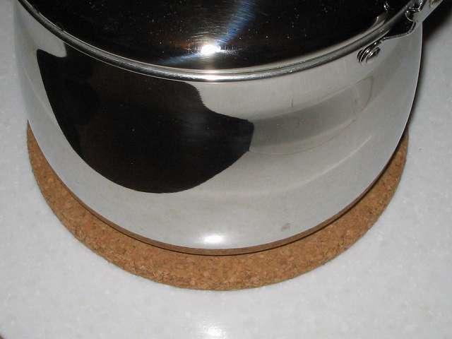田中箸店 コルク鍋敷 41123 の上に加熱状態のエルマース ステンレス製 広口 ケットル 3.2L H-2042 を置いたところ 別角度から