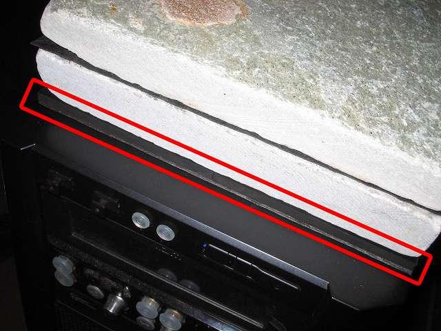 Antec Three Hundred Two AB 振動対策、敷石 鉄平石 ピンコロ 石材 とっても綺麗なイエロー鉄平石 st13 20cm×20cm×約3cm前後と Antec Three Hundred Two AB PC ケース天板の間に余っていたゴムシートを挟み込む