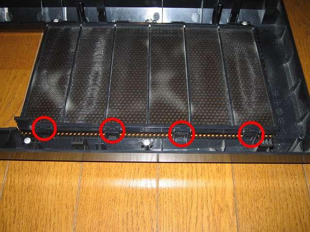 Antec Three Hundred Two AB 振動対策 ダストフィルター取り外し作業 フロントメッシュをプラスチック爪から外した直後の状態