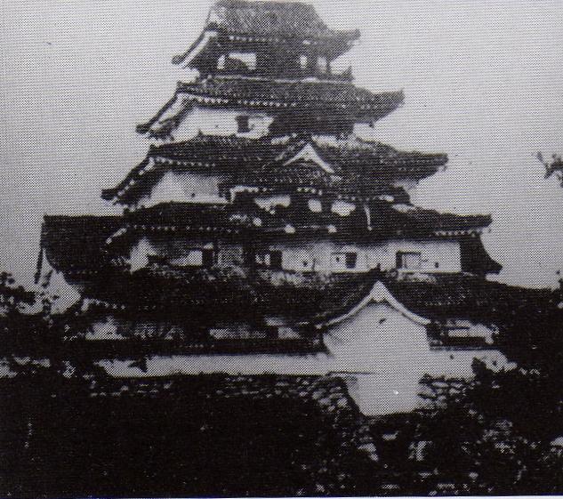 損傷した若松城(会津戦争降伏後に撮影)