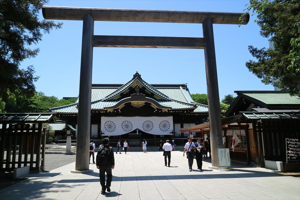 中門鳥居から拝殿を臨む