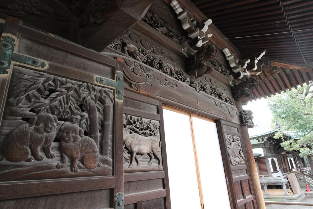 拝殿正面の彫刻