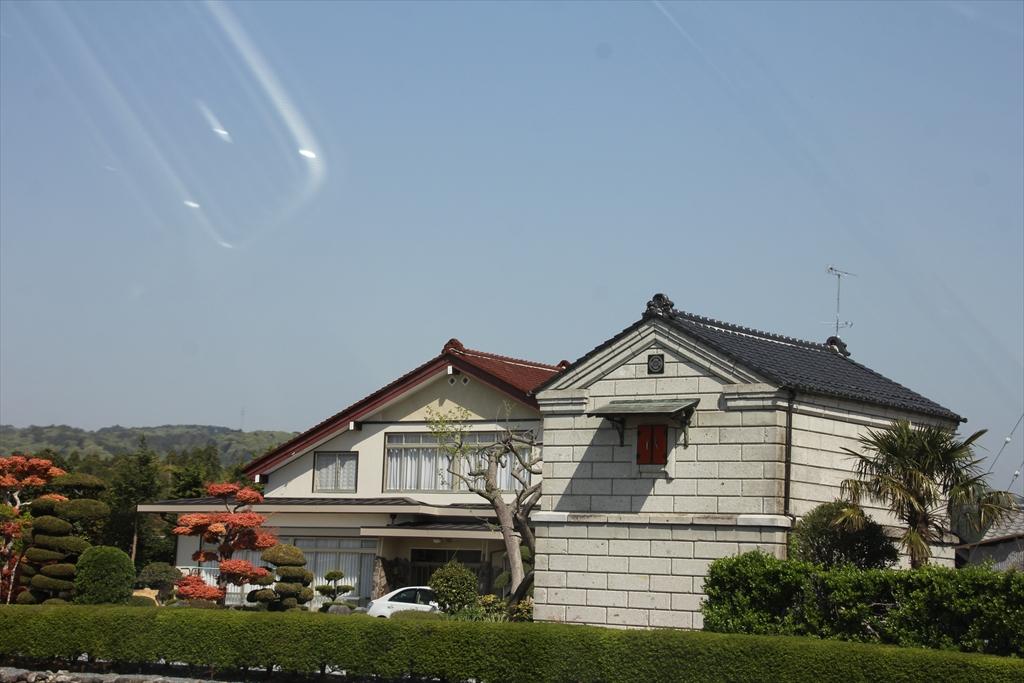 綺麗に修復されたり、建てなおされたりした家屋が一部に見られるように_1