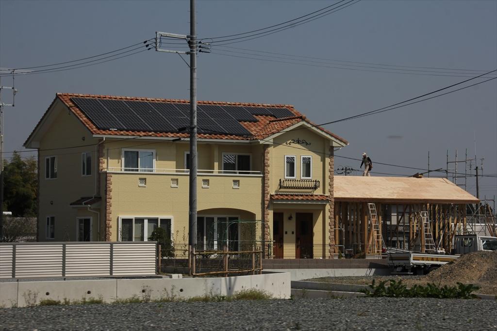 綺麗に修復されたり、建てなおされたりした家屋が一部に見られるように_2