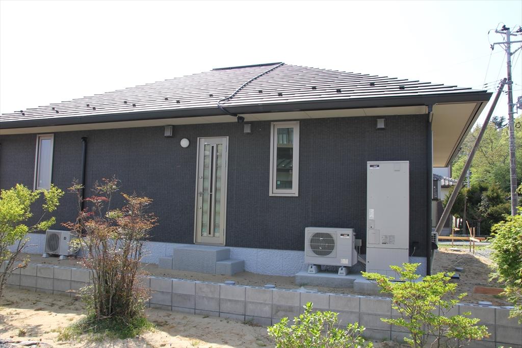 綺麗に修復されたり、建てなおされたりした家屋が一部に見られるように_3