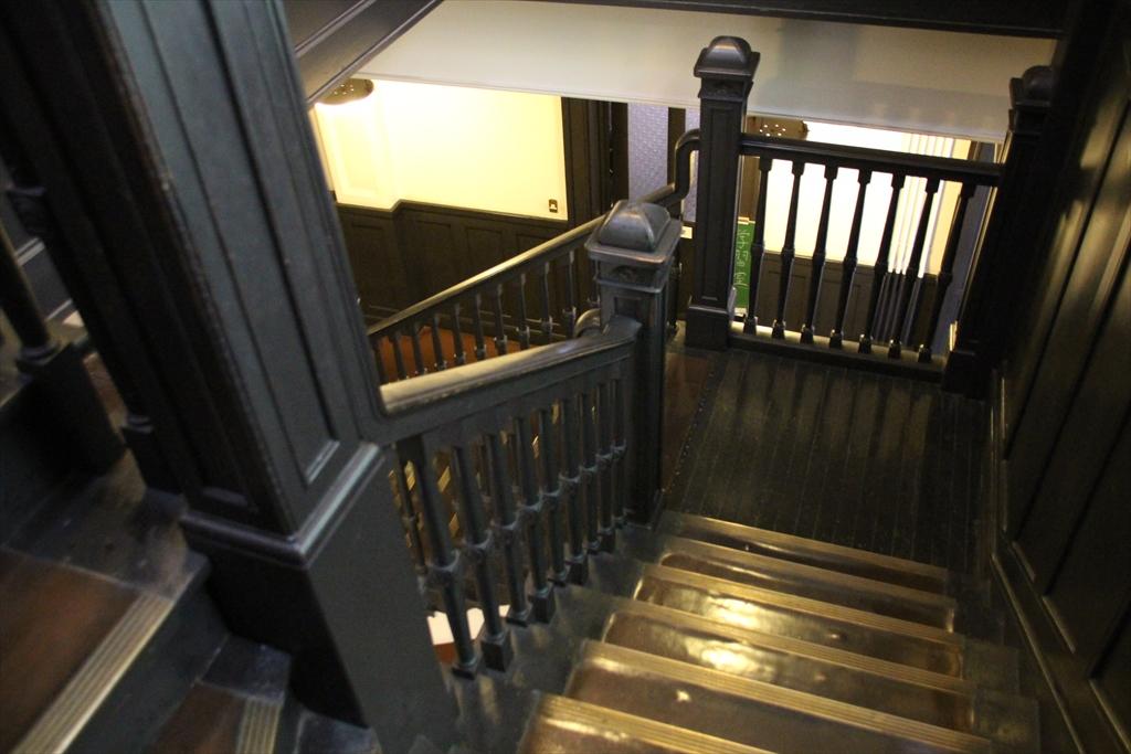 もう一つのステンドグラス前に設置してある階段