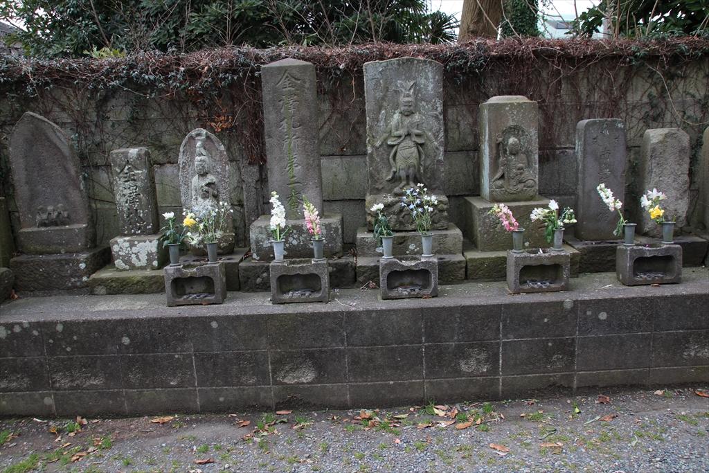 仁王門の前には石像が並んでいる_1
