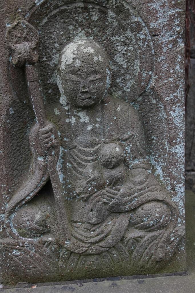 仁王門の前には石像が並んでいる_4