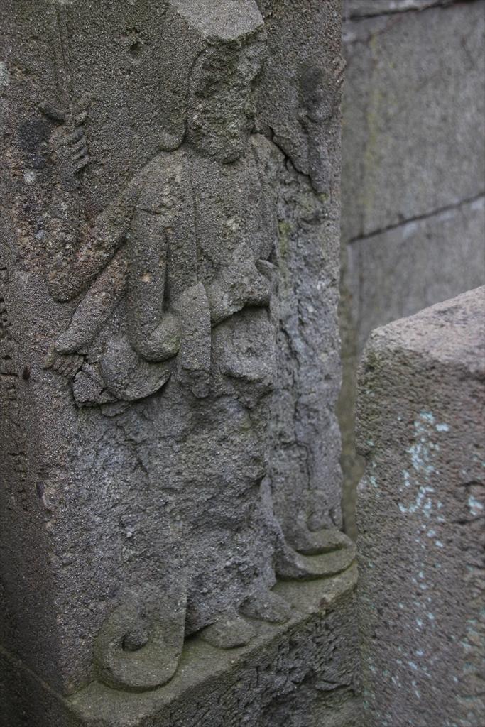 仁王門の前には石像が並んでいる_5