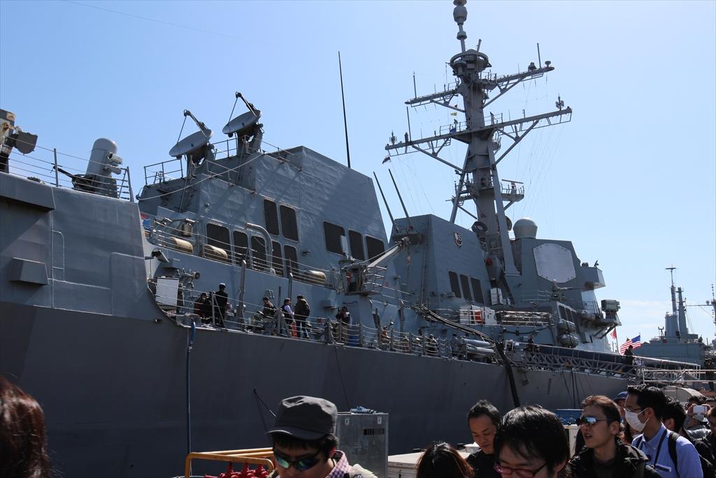 駆逐艦は米海軍艦船の中では小型のものだが、それでも威風堂々たる感じ