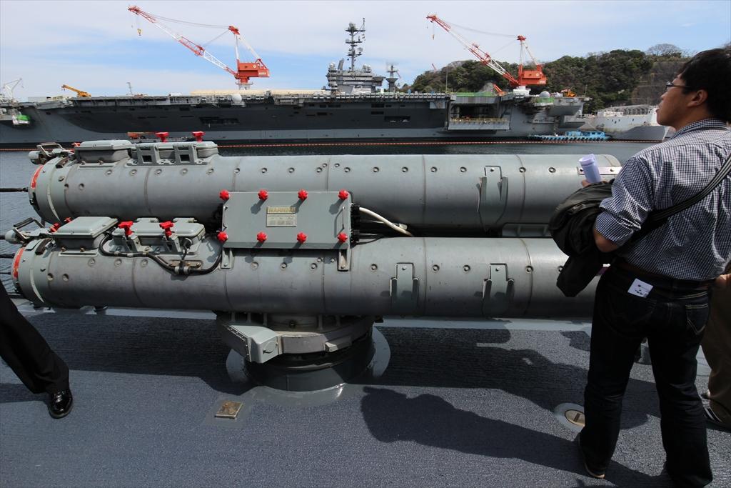 Mk.32発射管ごしに原子力空母G.Wが見える