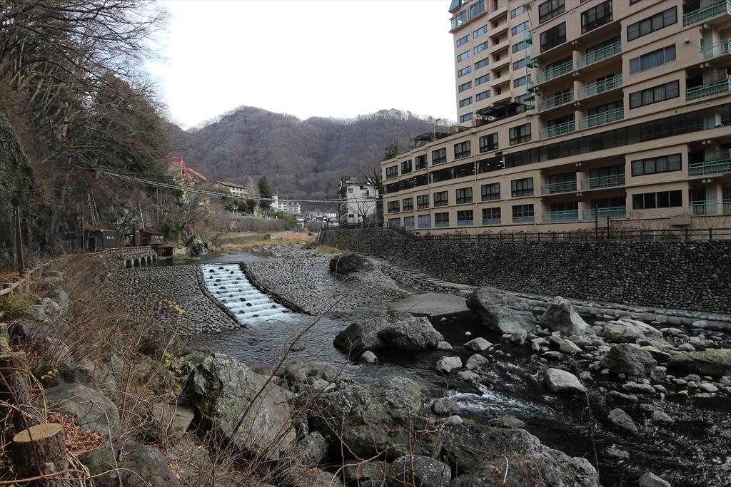 男鹿川の流れと河原_5
