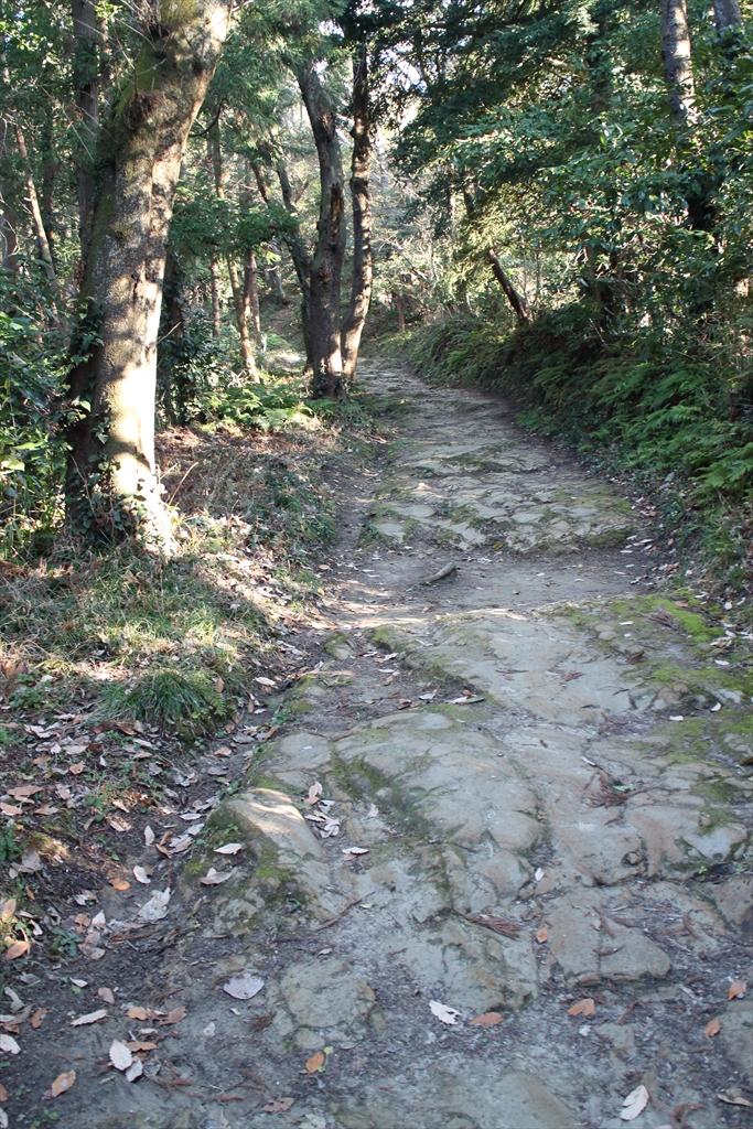 ここから路面が自然石の道に変わる_4