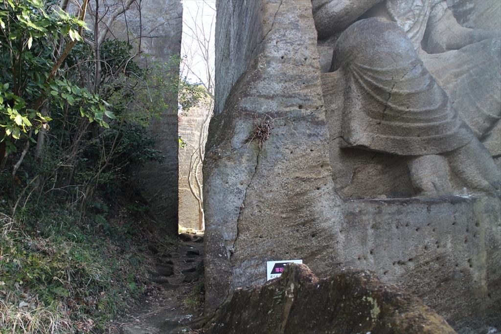 磨崖仏の左脇の小道から抜ける_2