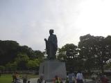 水戸黄門像の下で休むブルベ参加者