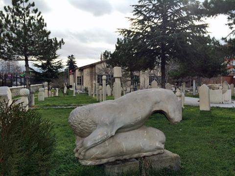 アフィヨン考古学博物館庭1ガブリ獅子