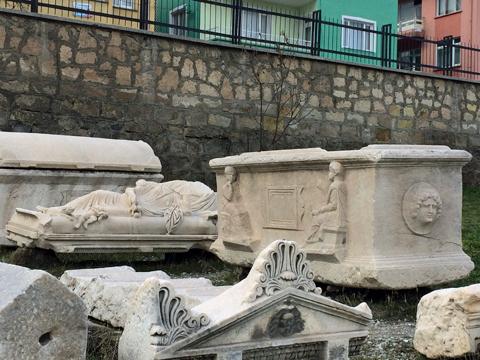 アフィヨン考古学博物館庭2石棺