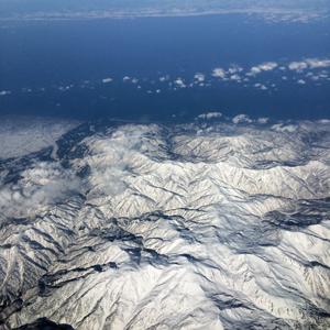 機内から日本海側の雪山