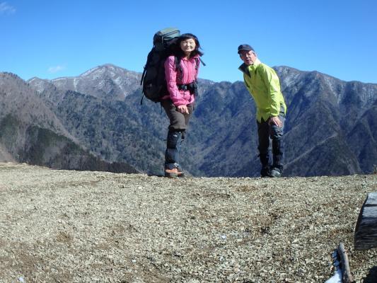 03展望台(背後は左:高塚山と右:竜馬ヶ岳)