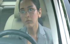 車の中から安西とマリコのデートを見ている秘書