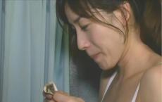 もらったバイト代の一万円札を見て微笑む真理子