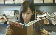 新聞部で朝日ジャーナルを見ている恵美子